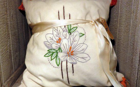 coussin avec fleur brodée